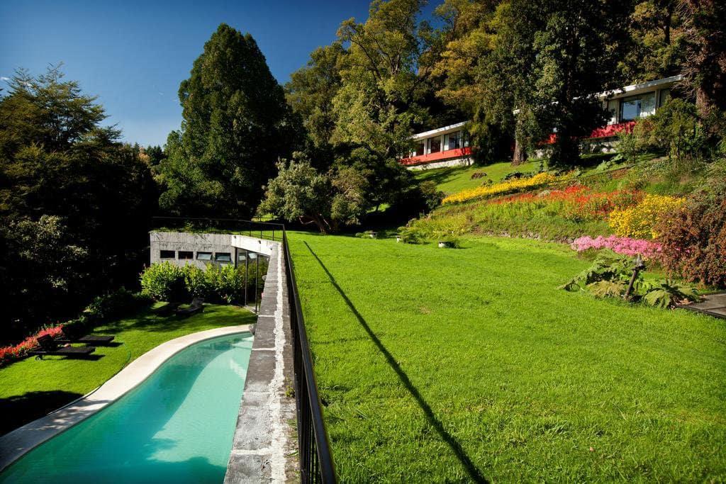 Jardim e piscina do Hotel Antumalal em Pucón