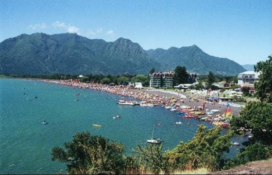 Playa Grande em Pucón durante o verão