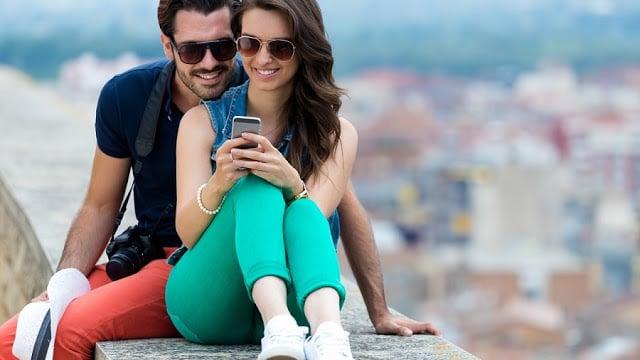 Casal usando o celular à vontade