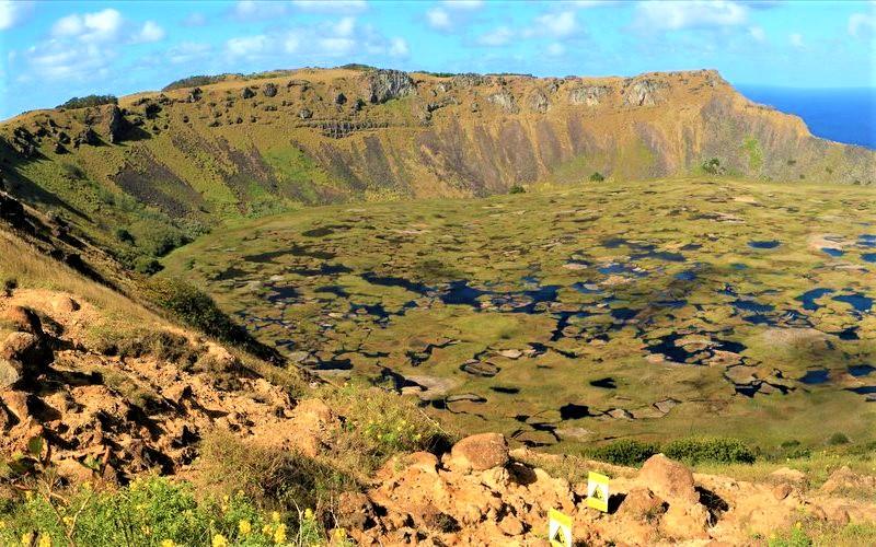 Parque Nacional Rapa Nui na Ilha de Páscoa no Chile: cratera do vulcão Rano Raraku